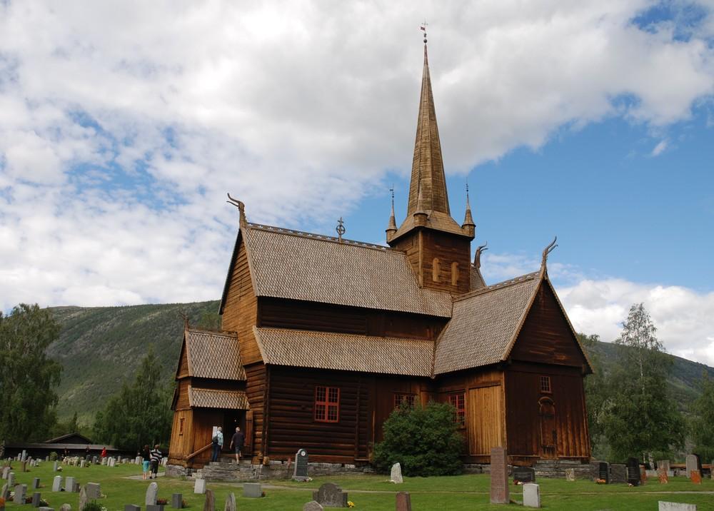 dřevěný středověký kostelík v obci Lom