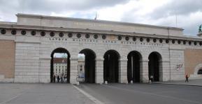 vstup do nádvoří před Národní knihovnou